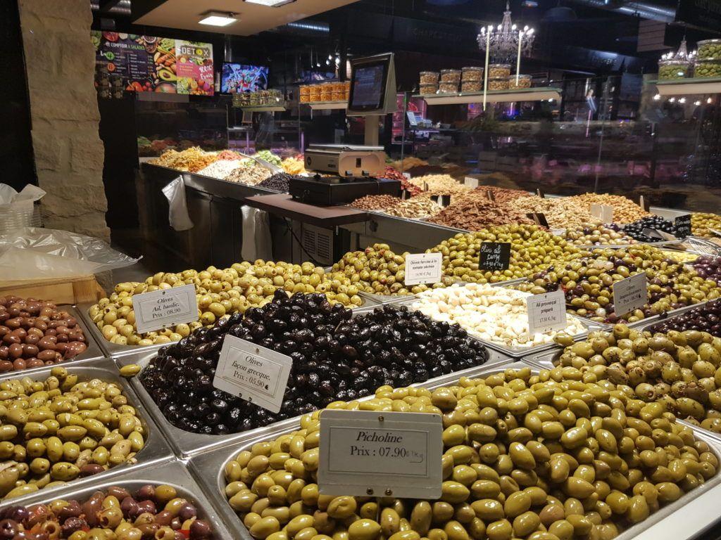 Oliven in der Markthalle von Perpignan