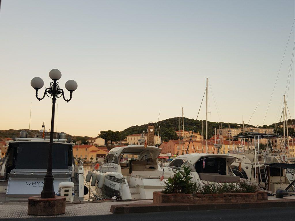 der Hafen von Port Vendres am Abend als Ausflug von Collioure aus